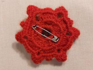 Rød broche med fake fur